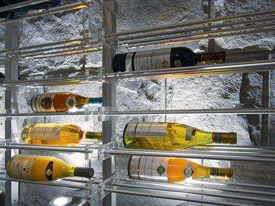 05 elegantna polica na vino gastroservis